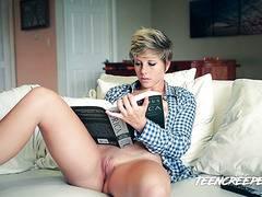 Godetevi un ottimo video con la bella trans bionda che possiede un grosso cazzo duro !